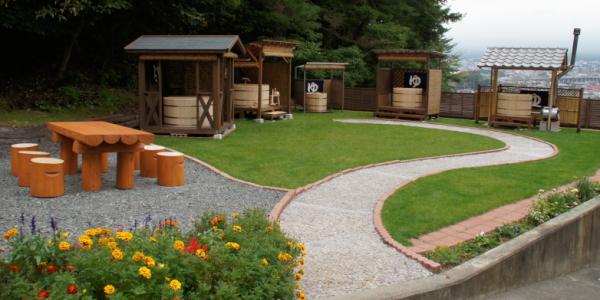 ふじやま工芸 屋外展示場 富士山を望む展示場に檜の露天風呂6台を展示中